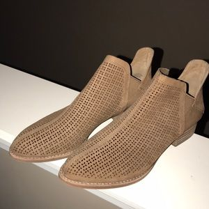Vince Camuto Camel flat booties